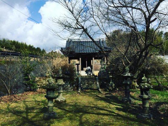 神社の石灯籠1