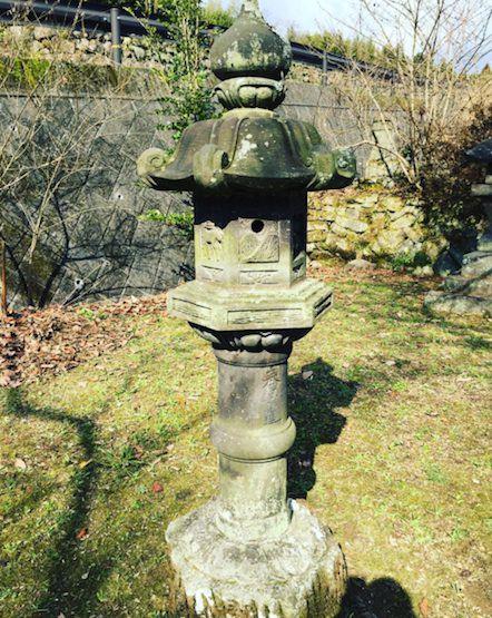 神社の石灯籠2
