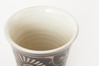フリーカップ 小/黒釉唐草線彫