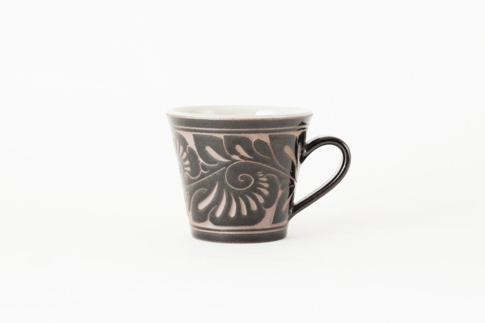 マグカップ 小/黒釉唐草線彫