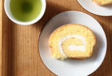 白磁にロールケーキ。そしてお茶。