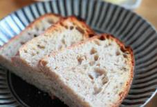 わざわざパンと小石原のお皿。
