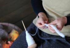 手織り枠と、紡ぎ独楽をもって集まる会。