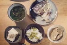【今日のごはん】カマ、アラ炊き、豆ご飯、豆腐、汁。