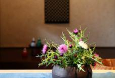 大村剛さんの花器と、アザミ。
