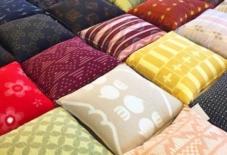 【日々のこと】色とりどりの織物がクッションで観れる。