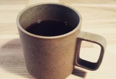 【商品紹介】ハサミポーセリンのマグでコーヒー。