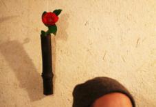 源太さんの花入れに山茶花。