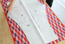 反物幅の生地と、もんぺの型紙。