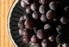 葡萄を食らふ。瑞穂窯のお皿。