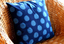 藍染手織。経糸状態とクッション状態。