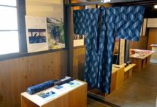 【UNAなぜ始める?展】藍染された糸に、きらりと光る白いくくり / 久留米絣 池田絣工房