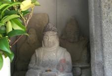 【雑感にょろり】夫婦で笑う恵比須様。地元の石から削り出す。