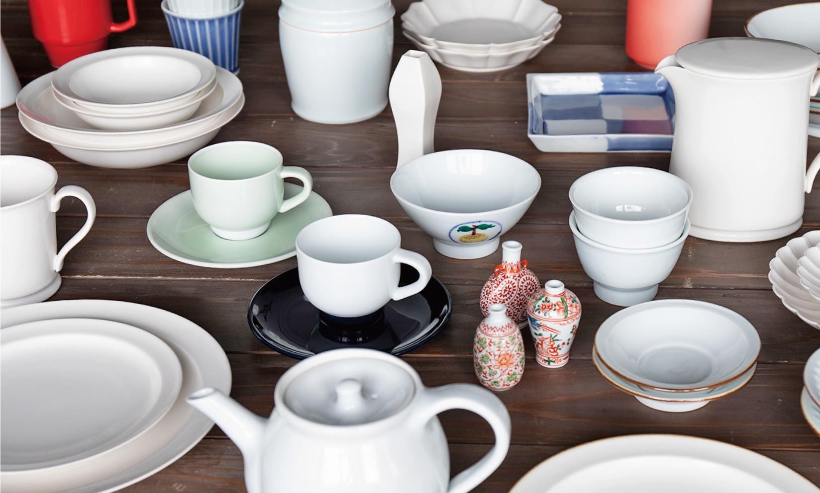 プレート、カップ、ピッチャー、花器、茶碗などなど / さまざまな形に、「白」だけではない磁器いろいろ